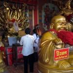 Wat Phanan Choeng more worshippers