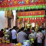 Wat Phanan Choeng worshippers